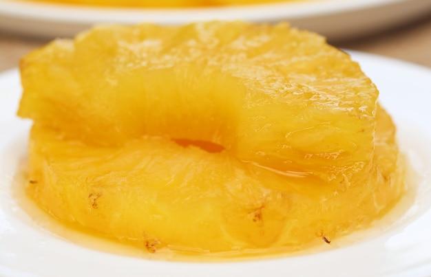 Dessert d'ananas sur une assiette