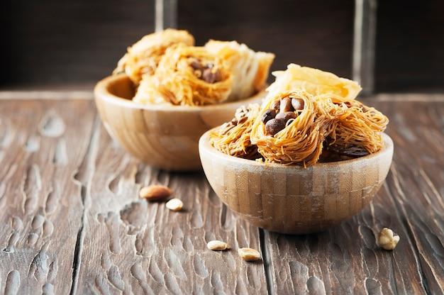 Dessert arabe traditionnel kunafa au miel