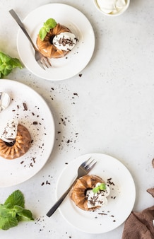Dessert au chocolat décoré de crème fouettée, de chocolat râpé et de menthe. panna cotta.