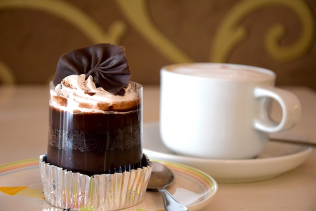 Dessert au chocolat avec du café