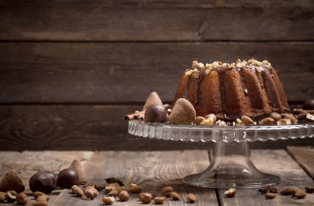 Dessert au chocolat fait maison sur plaque de verre sur table en bois