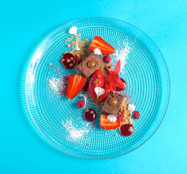 Dessert au chocolat et fraises fraîches sur table bleue. vue de dessus