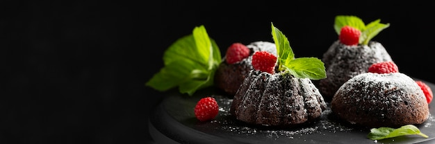 Dessert au chocolat gros plan avec du sucre en poudre