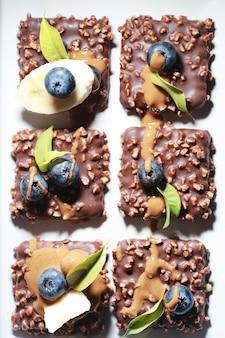 Dessert au chocolat avec noix et baies fraîches. snack sucré pour biscuit au café glacé et chapelure de noix aux fruits.