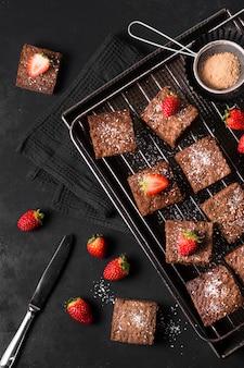 Dessert au chocolat vue de dessus avec des fraises