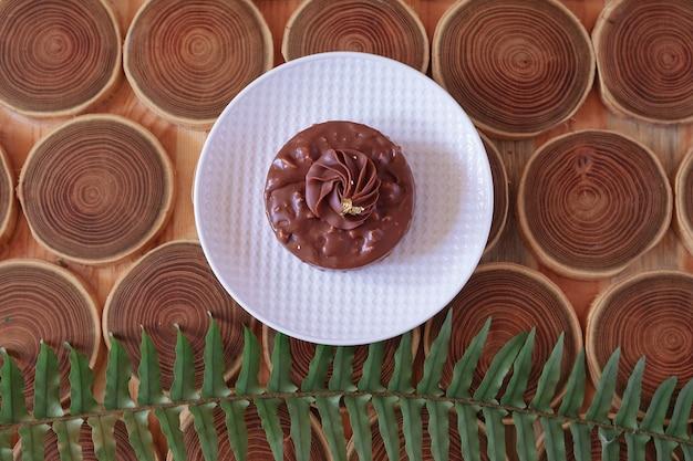 Dessert au chocolat vue de dessus avec des noix