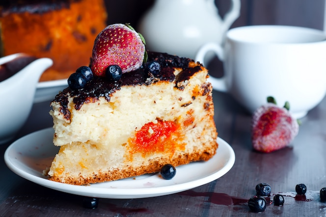 Dessert au fromage cottage avec sauce au chocolat et abricots secs,