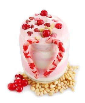 Dessert au lait de canneberge dans un bocal en verre, isolé sur blanc