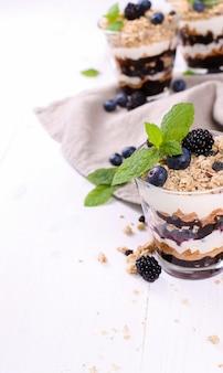 Dessert au muesli sur des verres