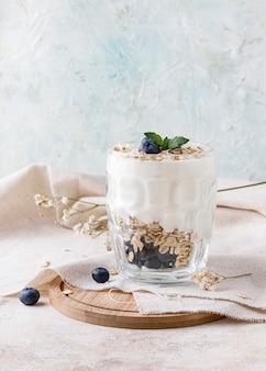 Dessert au yogourt avec flocons d'avoine, myrtilles, framboise et menthe