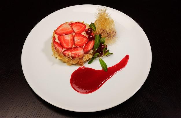 Dessert aux fraises sur un plat blanc