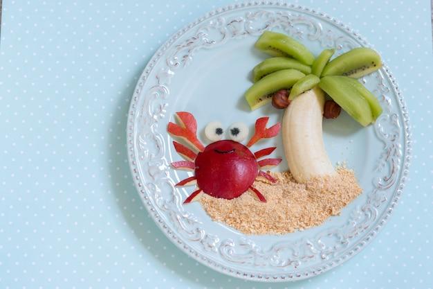 Dessert aux fruits pour enfant enfant avec kiwi, banane et poire