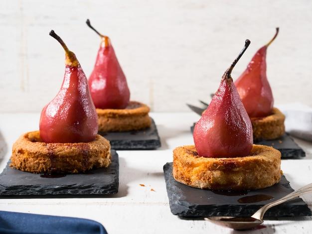Dessert aux poires au vin sauce rustique