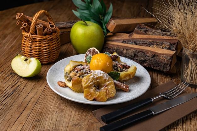 Dessert aux raisins secs pomme cannelle et crème glacée