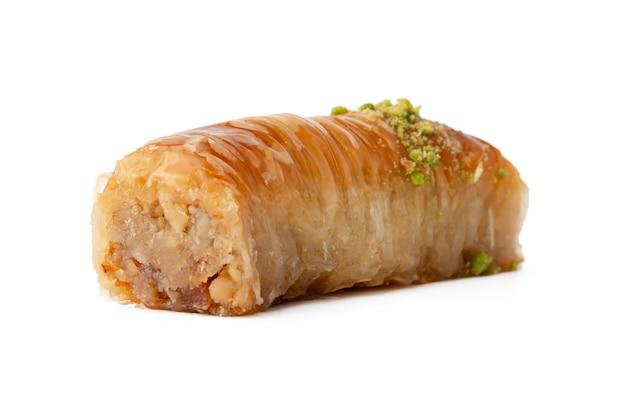 Dessert baklava avec pistaccio isolé sur fond blanc