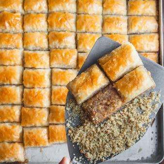 Dessert baklava turc à base de pâte fine, noix et miel