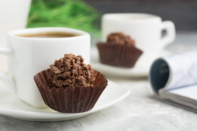 Dessert de bienvenue avec café, bonbons au chocolat avec noix et garniture brillante