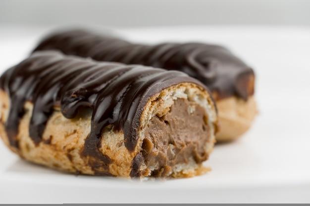 Dessert bomba de chocolat. éclair traditionnel brésilien sur fond blanc. macro de gros plan.