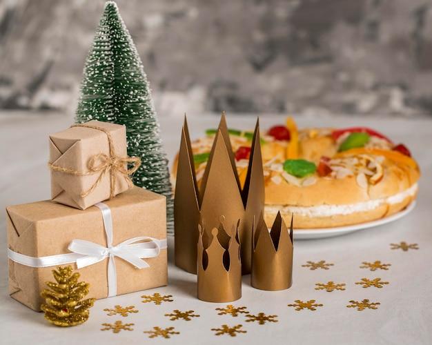 Dessert bonne épiphanie et cadeaux emballés