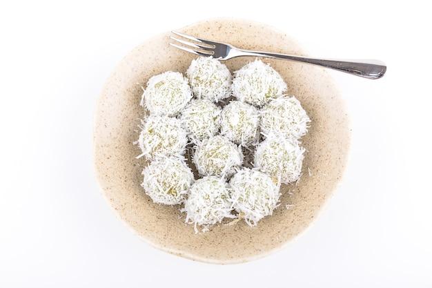Dessert boule sucrée, rouler sur la noix de coco râpée