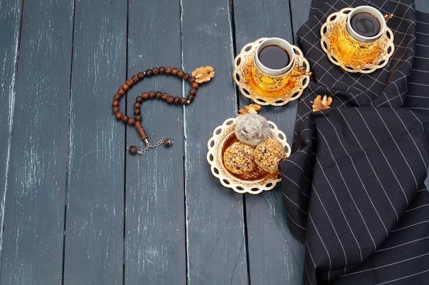 Dessert de boules de noix servi avec café sur une table en bois sombre, vue de dessus