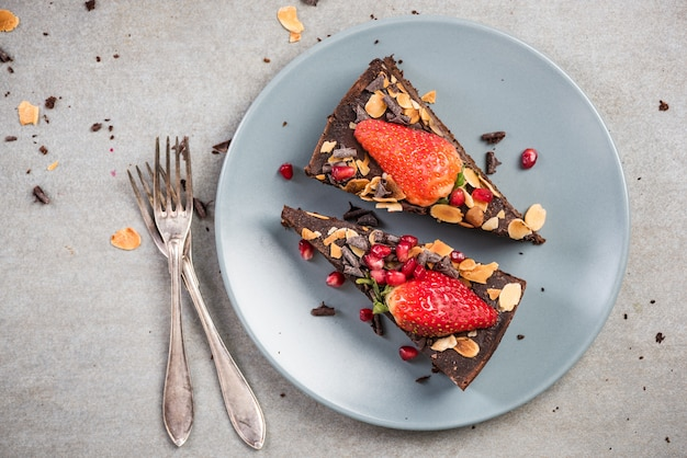 Dessert brownie au chocolat sur une assiette