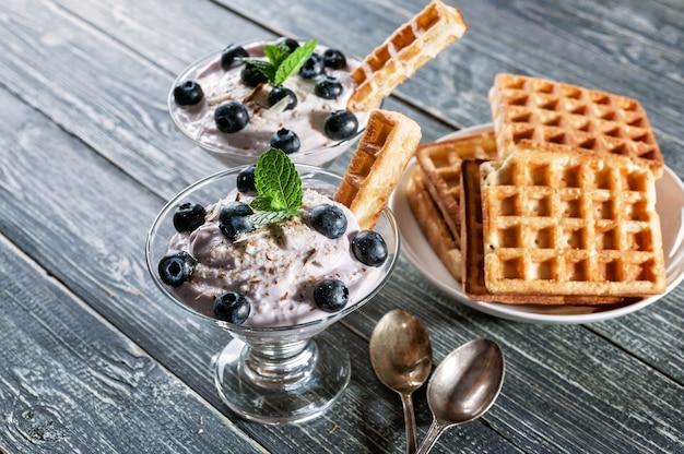 Dessert caillé aux bleuets dans un verre et gaufres viennoises faites maison
