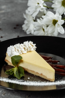 Dessert - cheesecake avec sauce aux baies et menthe verte