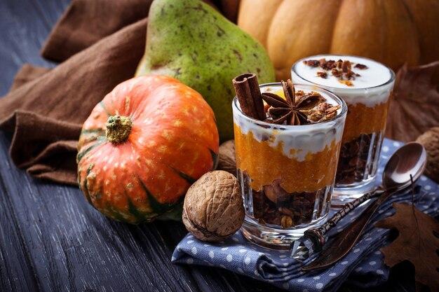 Dessert à la citrouille et granola. mise au point sélective