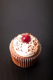 Dessert confection fait maison petit gâteau de forêt noire sur une assiette en pierre d'ardoise noire