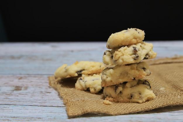 Dessert cookie homade sur fond noir