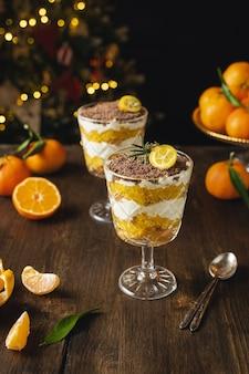 Dessert en couches de noël, sans gâteau au fromage ou bagatelle avec des mandarines et du chocolat