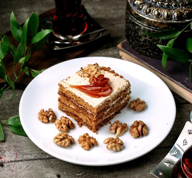 Dessert à la crème au caramel et aux noix