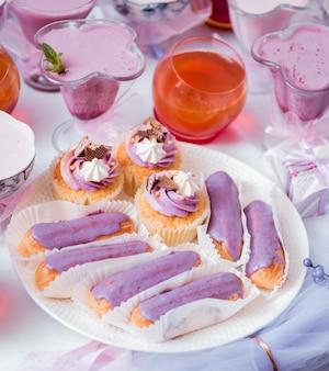Dessert à la crème sur la grande table