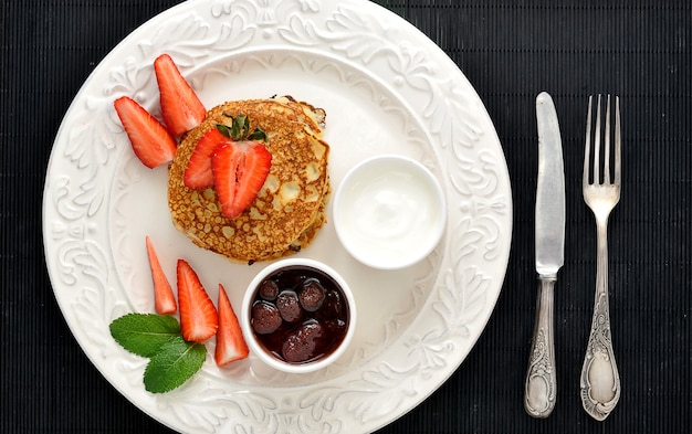 Dessert de crêpes aux framboises et à la crème sure