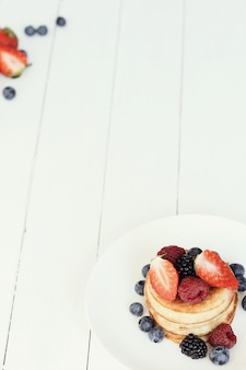Dessert de crêpes sur une table