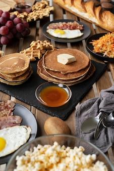 Dessert délicieux à angle élevé sur la table