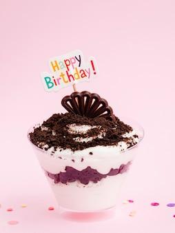 Dessert délicieux avec signe de joyeux anniversaire