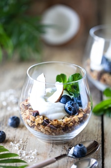 Dessert diététique avec yaourt, granola et baies fraîches, gros plan, horizontal. ingrédients du petit déjeuner sain. verticale