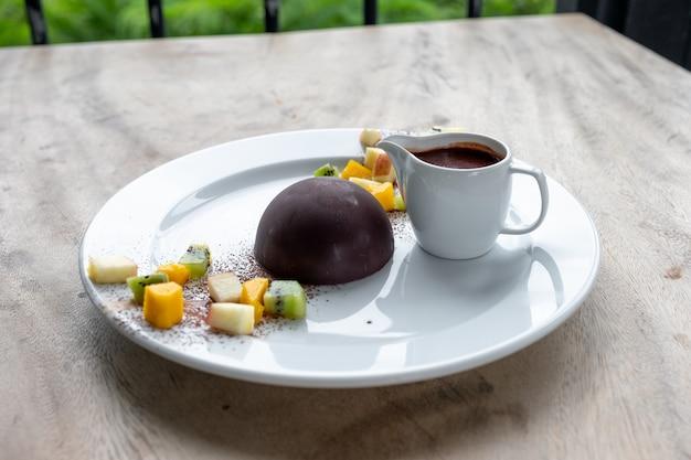 Dessert dôme chocolat cacao avec tranches de fruits