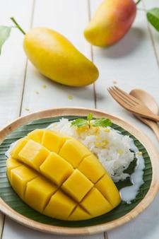 Dessert doux riz gluant au lait de coco mangue