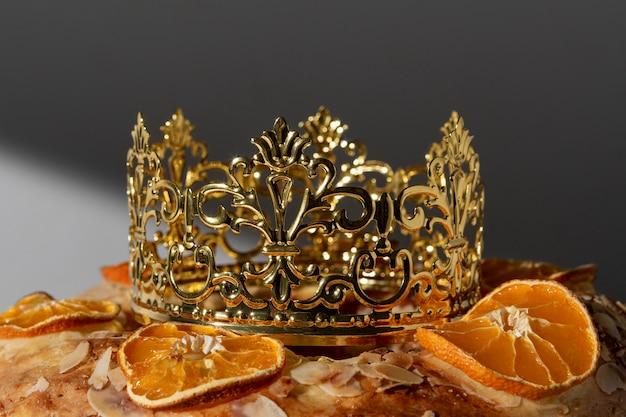 Dessert du jour de l'épiphanie close-up avec couronne