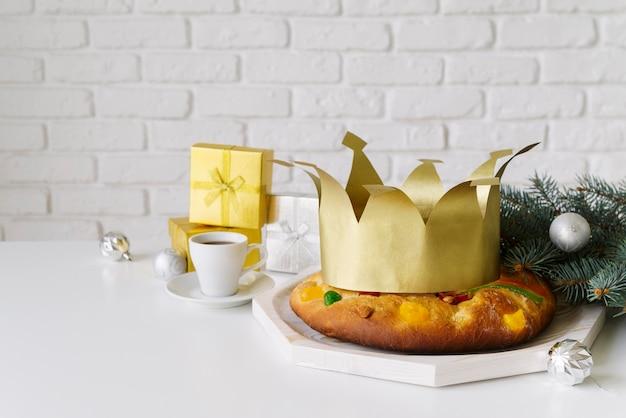 Dessert du jour de l'épiphanie avec couronne et cadeaux