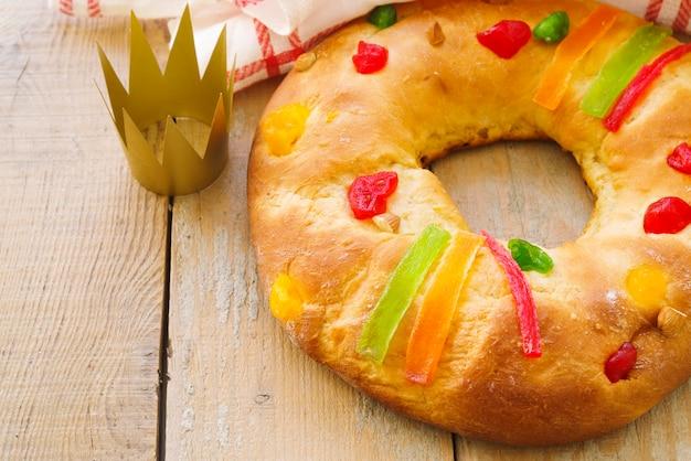 Dessert du jour de l'épiphanie avec couronne en papier doré