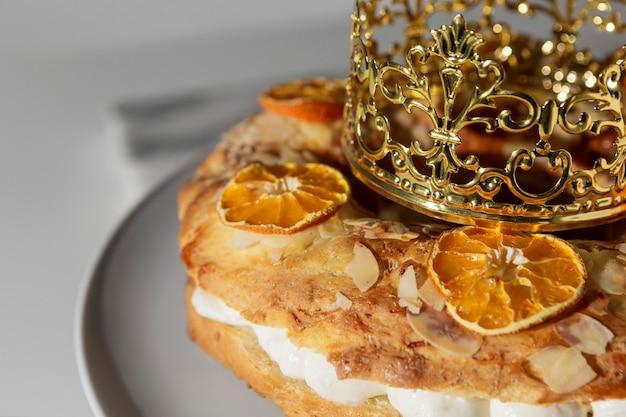 Dessert du jour de l'épiphanie avec couronne
