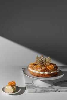 Dessert du jour de l'épiphanie avec espace copie et agrumes séchés