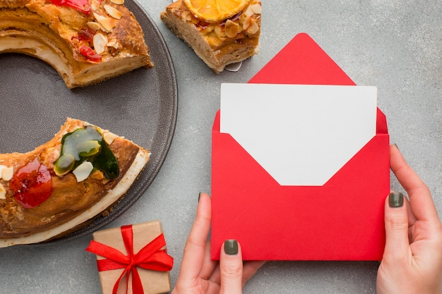 Dessert et enveloppe roscon de reyes epiphany