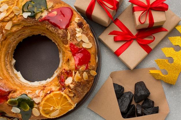 Dessert épiphanie roscon de reyes et minerai de charbon dans une enveloppe