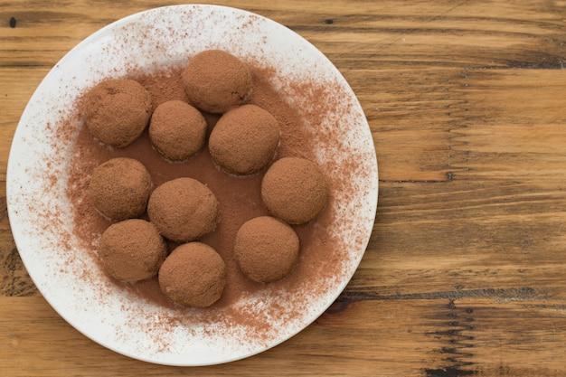 Dessert fait maison sur assiette blanche sur bois marron