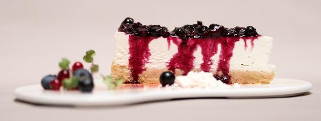 Dessert de fantaisie avec gâteau au fromage et fruits des bois